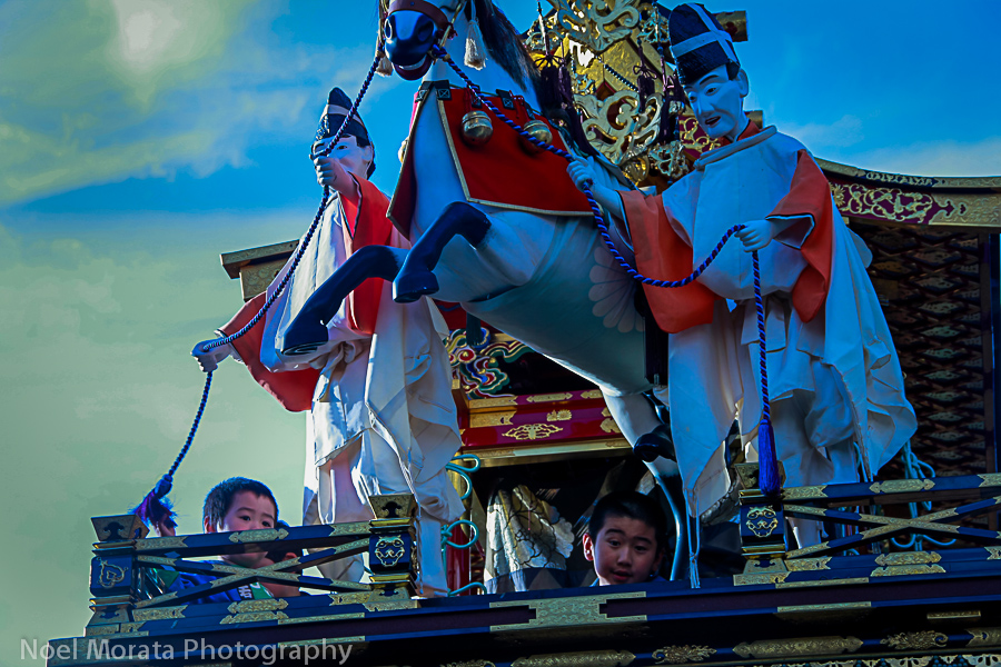 Children working the marionettes on top of the yatai