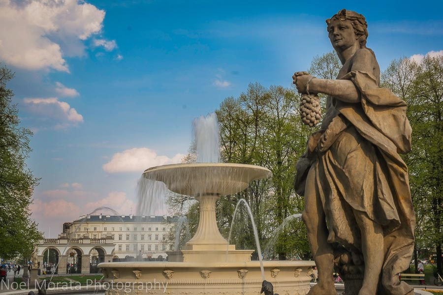 Touring Warsaw and a park around the historic central district