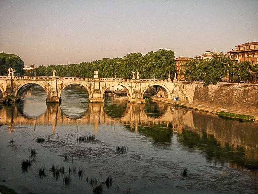 Walk along the Tiber River