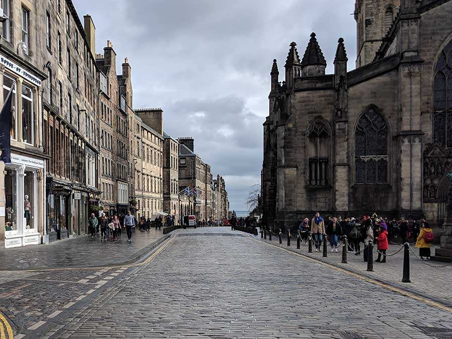 Royal-mile-in-Edinburgh