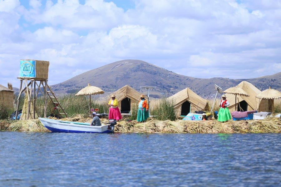 tour lago titicaca shoreline view